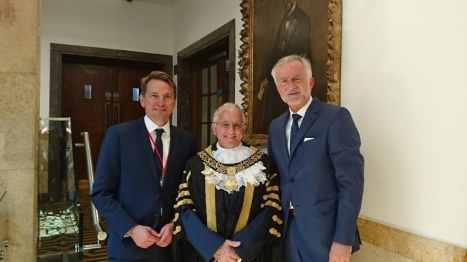 Neuer Bürgermeister: Der neue Bürgermeister Frank Harwood begrüßt die Delegationsleitung im Rathaus. (Bildquelle: Jens Koopmann, Stadt Osnabrück)
