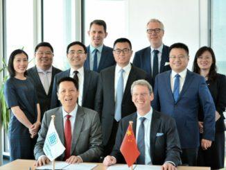 Auf dem Foto von links nach rechts:1. Reihe: Herr Li Xiangyang (CL General Manager) undHerr Andreas Bullwinkel (JWPM)2. Reihe: Frau Zhang Shuangyan (EUROGATE), Herr Zhang Hui (JWPM), HerrWang Jingsong (CCT), Herr Tong, Laiming (Vice President CCT), Herr Fu Zixuan(CL), Frau Shi Stephanie (Weifang Center Germany)3. Reihe: Herr Jörn Kamrad (EUROGATE) und Herr Ingo Meidinger (JWPM)