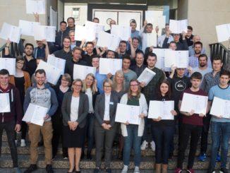 Bildunterschrift: Freuen sich über ihre Urkunden: Die Energie-Scouts 2019.