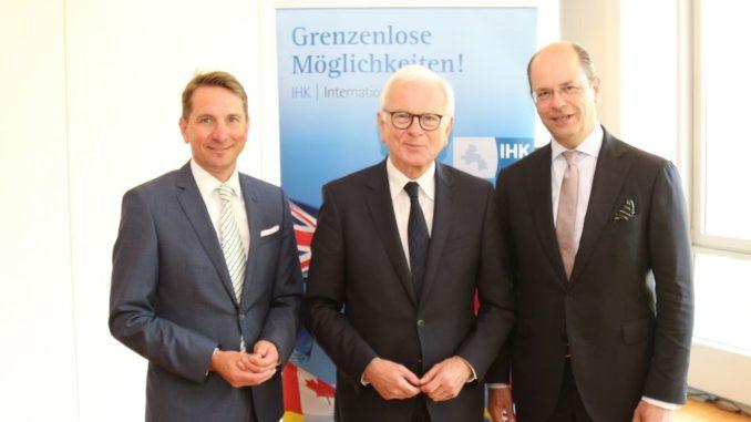 Diskutierten beim IHK-Mittagsgespräch über Herausforderungen für die EU: Dr. Hans-Gert Pöttering, der ehemalige Präsident des EU-Parlaments (Mitte) mit IHK-Präsident Uwe Goebel (rechts) und IHK-Hauptgeschäftsführer Marco Graf (links).