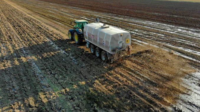 Eine Rückkehr zu einer nachhaltigen, ressourcenschonenden Landwirtschaft, die das Wissen der früheren Jahrhunderte in modernen Maßstäben umsetzt, wäre eine Lösung. Ökologisch arbeitende kleinere Betriebe setzen das sogar bisweilen schon um. Aber es ist eben doch nicht damit getan, auf die Einhaltung der EU-Richtlinien und Düngemittelverordnungen zu pochen