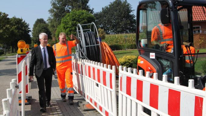 Glasfaserausbau: Landrat Matthias Groote (l.) besuchte eine Baustelle in Lammertsfehn. Christian Albers, Mitarbeiter der Firma Post, erklärt den aktuellen Stand.