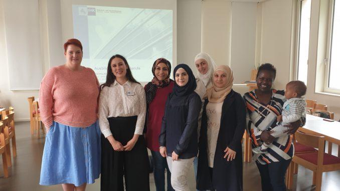 (von links): Kursleiterin Jara Hofmann, IHK-Integrationsmoderatorin Halima Akhrif und die Kursteilnehmerinnen.