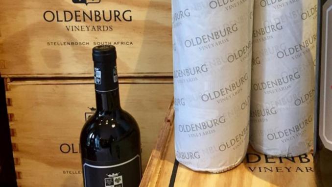 Seit 2014 ist Top Weinmacher Philip Costandius für den Oldenburger Wein verantwortlich. Seine Erfolgsbilanz kann sich schon jetzt sehen und schmecken lassen. Der Chenin wird bereits als einer der Top 100 Weine eingestuft und auch die Jahrgänge 2010, 2011 und 2012 des Oldenburg Cabernet Sauvignon erreichen Spitzenbewertungen.