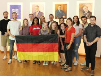 Besuch aus Evansville: 13 Studenten der Universität von Southern Indiana (USI), hier mit Prof. Dr. Daria Sevastianova (10. v. r.) und IHK-Hauptgeschäftsführer Marco Graf (8. v. r.), informierten sich über die regionale Wirtschaft.