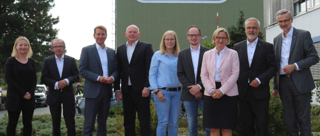 Sprachen über die Vorzüge des Standortes und der dualen Ausbildung: Vertreter der Wavin GmbH und der IHK.