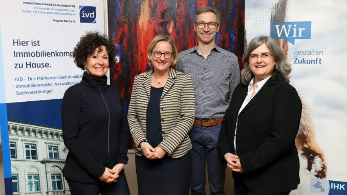 Veranstalter und Referenten des gemeinsamen Immobilienforums: Sabine Knabe-Vieler (Regionalvorstand IVD Region Nord e. V.), Anke Schweda (IHK), Bernhard Hoffmann (Sprachgut – Agentur für Immobilienkommunikation) und Katrin Schweer (IHK).