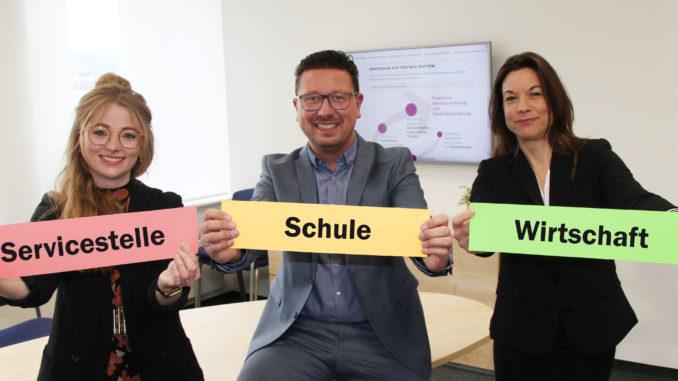 Freuen sich auf ihre neue Aufgabe bei der Servicestelle Schule-Wirtschaft der MaßArbeit: Katja Bielefeld (rechts) und Annika Schütte, hier mit MaßArbeit-Vorstand Lars Hellmers. Foto: MaßArbeit / Eckhard Wiebrock