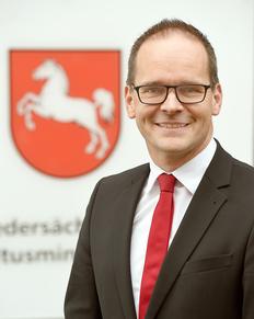 Kultusminister Tonne überreicht in Bassum Bewilligungsbescheide in Höhe von 41.000 Euro