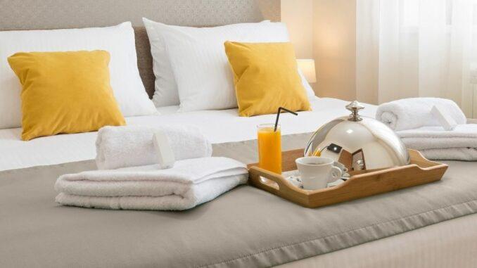 Tourismus im August 2020: Zahl der Ankünfte und Übernachtungen weiter unter Vorjahresniveau