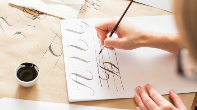 Die Kalligrafie-Gruppe der Kunstwerkstatt Wiesmoor präsentiert ihre Werke bis April 2021 in der Handwerkskammer.