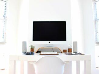 Büroarbeit: Warum die passende Arbeitsplatzbeleuchtung so wichtig ist