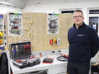 echsel in der Elektrotechnik Lehrwerksmeister Gerhard Bensing (Hage) verabschiedet sich nach 17 Jahren in den Ruhestand.
