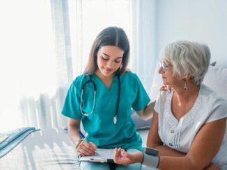 Pflege bleibt weiblich: Auch 2019 waren über 80% der Beschäftigten in Pflegeheimen Frauen