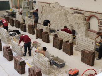 Nachwuchs im Baugewerbe legt praktische Ausbildungsprüfung im Berufsbildungszentrum Aurich ab.