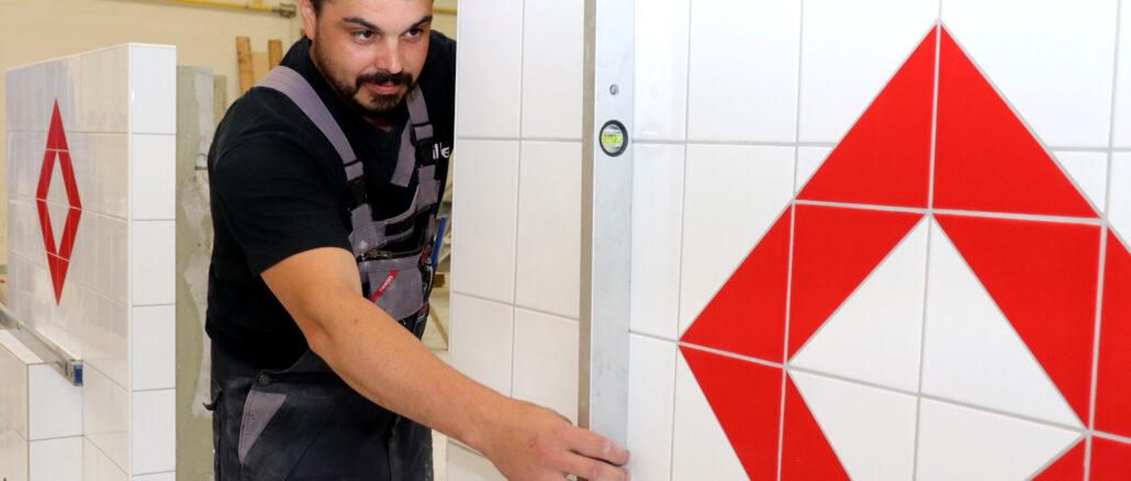 Nachwuchs im Fliesen-, Platten- und Mosaikleger-Handwerk legt Ausbildungsprüfung in der Handwerkskammer ab.