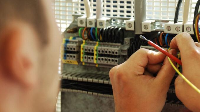Elf Umschüler zum Elektroniker legen Ausbildungsprüfung ab.